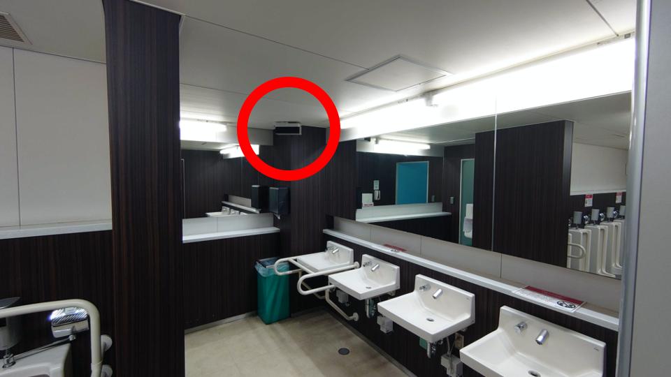 ▲既設トイレに設置された紫外線照射装置「エアロシールド」